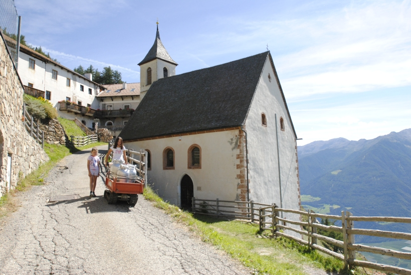 Kinder vom Gruberhof i.St.Martin a. Kofel bringen die Milch zur Bergbahn